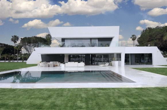 15 awesome white house with pool