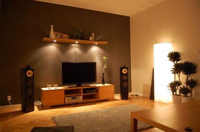 Luxury-vast-living-room-design-with-wooden-furniture-and-soft-lighting