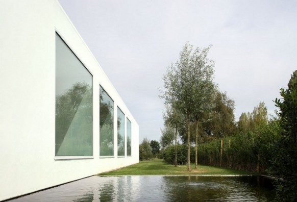 Contemporary Villa VH by Beel Achtergael Architecten garden with water feature
