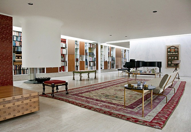 As one of the very few family homes that Saarinen designed, it is an excellent example of modernist architectural tradition, seen in the flowing open plan, the floor to ceiling windows in stone walls, and flat roof.