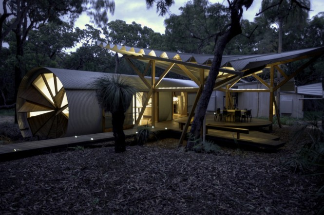 The living and sleeping pods, and the bath house, of the Drew House were built and fully completed in Brisbane, and transported across 500km to the chosen site. The prefabricated sweeping roof structure that covers the outdoor connecting core–consisting of an alfresco dining and living area–was erected onsite along with the adjoining decks.