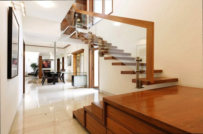 Floating staircase glass balustrade