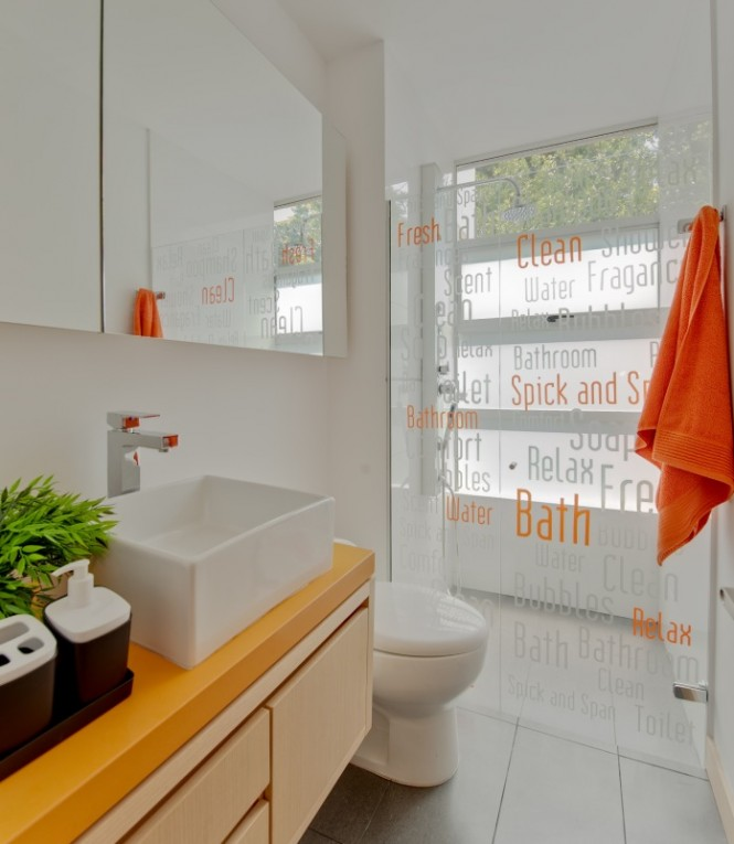 Similarly in the bathroom, the introduction of bright towels is something many of us have tried in order to give a new look to our bathing space, but this décor takes things one step further with the addition of decals to the shower screen.