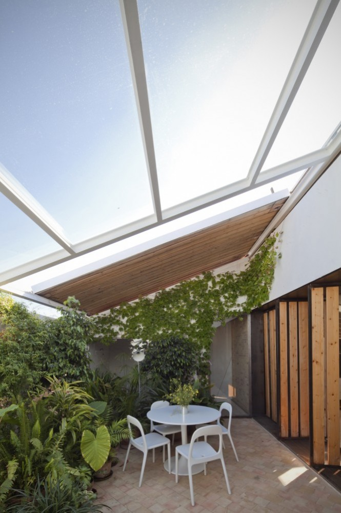 The garden areas are adaptable to the climate throughout the year, with a greenhouse roof that retracts to transform the place into a sun drenched terrace, which gives a cozy sitting spot even in earliest springtime as it remains shielded from chilly winds by the perimeter.