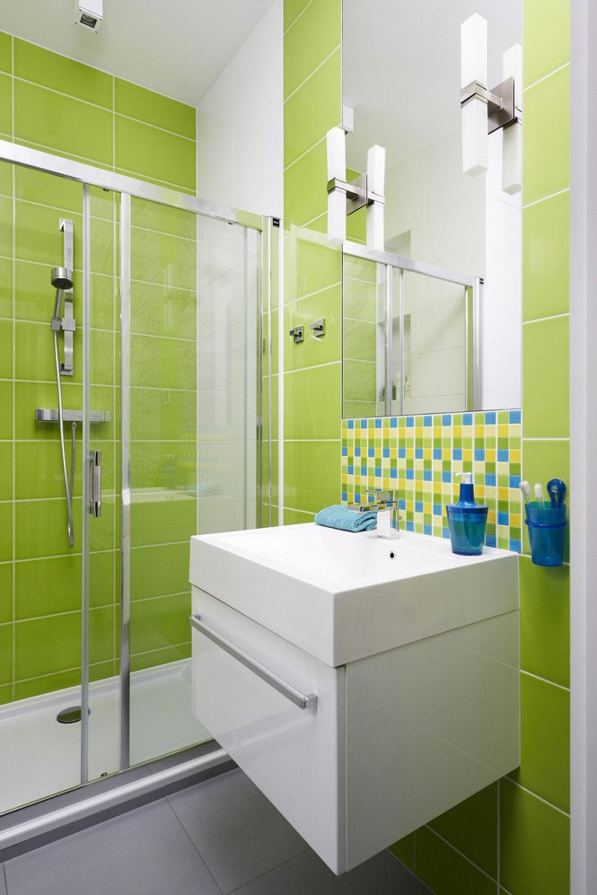 Even the bathroom does not escape a zesty color splash!