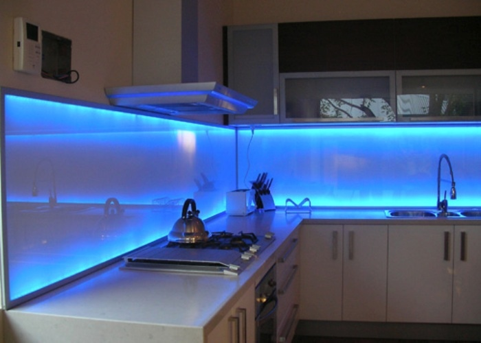 fotos de cocinas integrales modernas : brilliant led lighted backsplash from bookcoverimgs.com size 700 x 500 jpeg 89kB