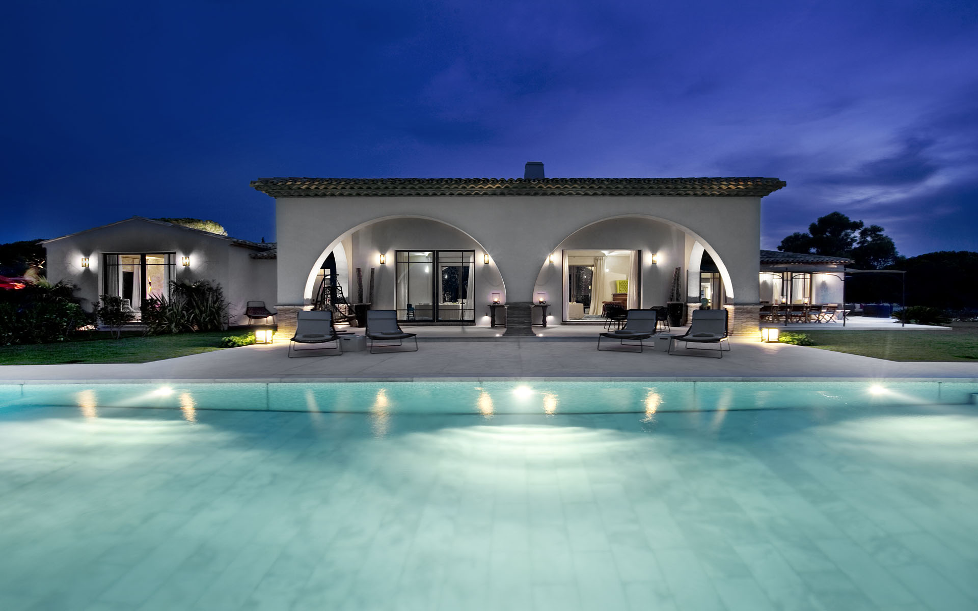 St tropez 39 s luxury villa peninsula 1 for Pool villa design