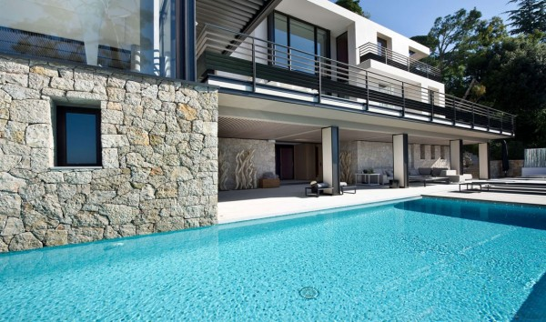 The Villa's single swimming pool is accompanied by a stone-clad pool house perfect for entertaining.