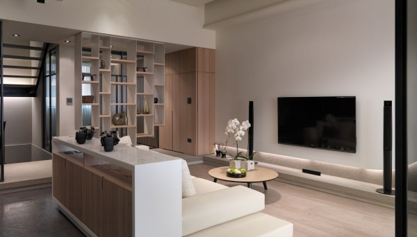 The living room is furnished with a multi-use sofa + console and a single round coffee table which allows the room's architecture to prevail.