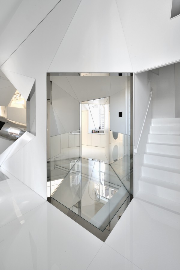 Angular internal stairwell with mezzanine thoroughfare in glass