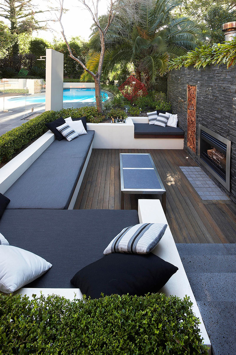 Outdoor living with sunken lounge hedged monochrome soft for Photo de terrasse
