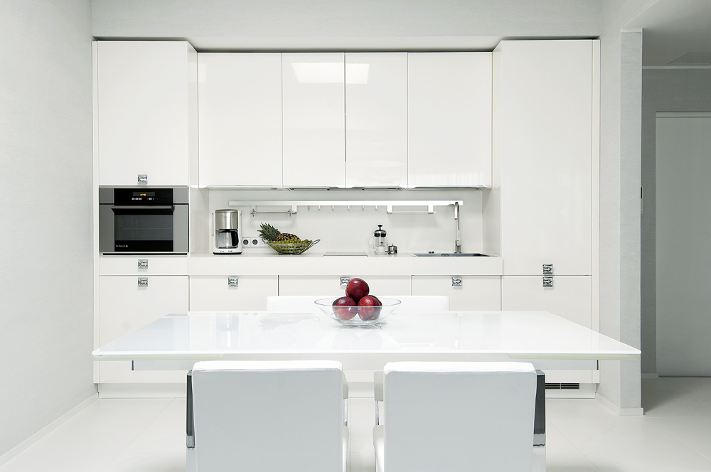 Kitchen high gloss white with modern dining setting and for Small kitchen setting ideas
