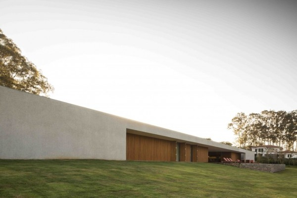 Marcio Kogan's Casa Lee Concrete House- Exterior with manicured lawn