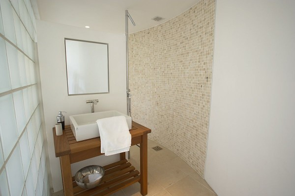 Minimalist Tower Home Master Bathroom 4