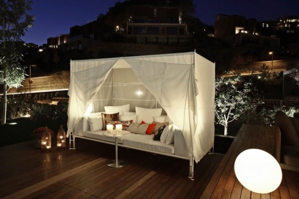 outside canopy bed