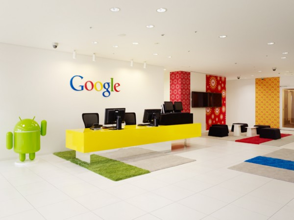 Visitors to the Google office Tokyo are immediately treated to its simple but playful style with green rugs mimicking grass and primary colored wall treatements tie the offic décor directly to the iconic Google logo that is boldy displayed behind the reception desk. A small statue of the Android mascot greets visitors and alerts them to the overall tone of the space.