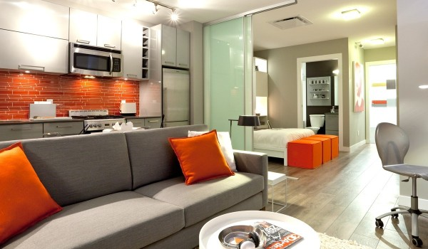 orange backsplash 600x350 - Colorful Interiors