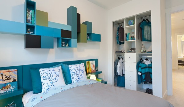 turquoise bedroom 600x350 - Colorful Interiors