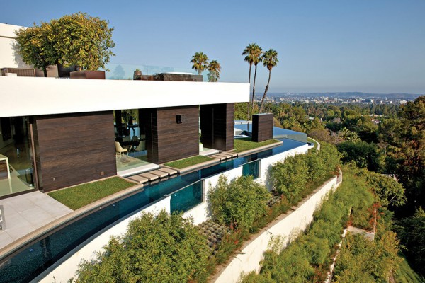 The spectacular house holds a highly contrasting architectural environment where romance meets sophistication in a truly contemporary and dramatic fashion; Michael Palumbo chose to implement a tasteful