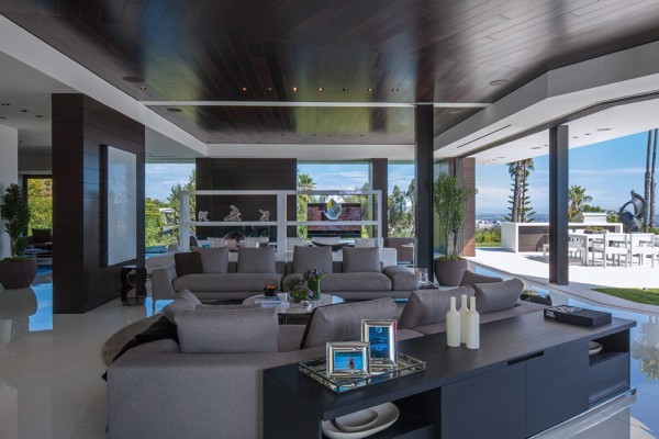 An open-plan living, dining and kitchen area take advantage of the amazing view on offer outside. Whilst inside, superb Italian lacquered cabinetry and integrated state-of-the-art appliances add to the luxury.