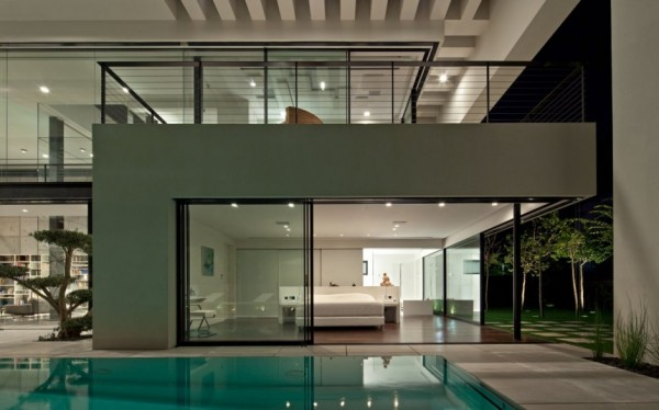 The pool deck also has a modern feel without going towards the ostentatious. Instead, the pool sits calmly in the ground, surrounded by smooth surfaces and contemporary furnishings.